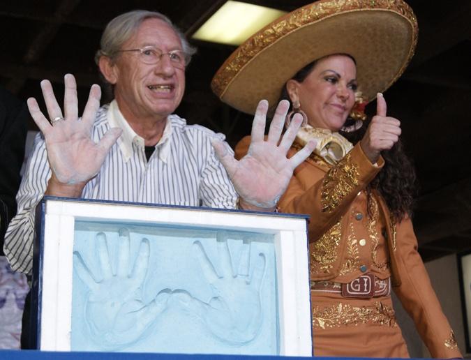 Robert Alexander y Lupita Infante en el emotivo momento.