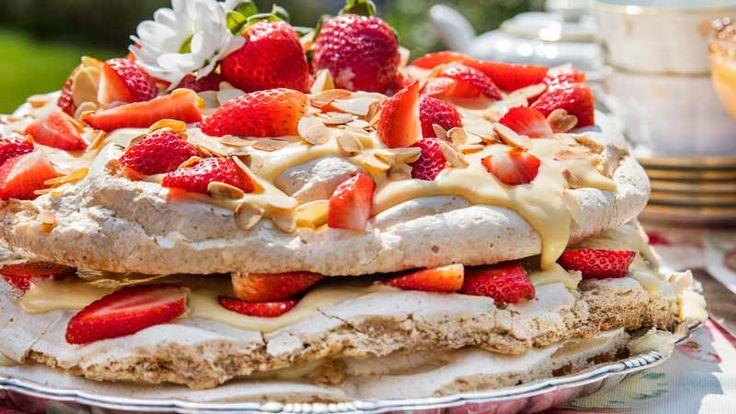 Marängtårta med jordgubbar och vit choklad