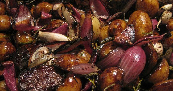 Verwennerij uit de oven.   Deze heerlijke aardappeltjes zijn in alle opzichten speciaal, ten eerste door hun donkere, gekarameliseerde uite...