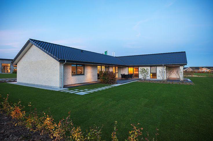 Et af vores vinkelhuse fra udstillingsbyen i Ringsted #huscompagniet #inspiration #indretning #husbyggeri #nybyg #husejer #nythus #arkitektur #typehus #vinkelhus