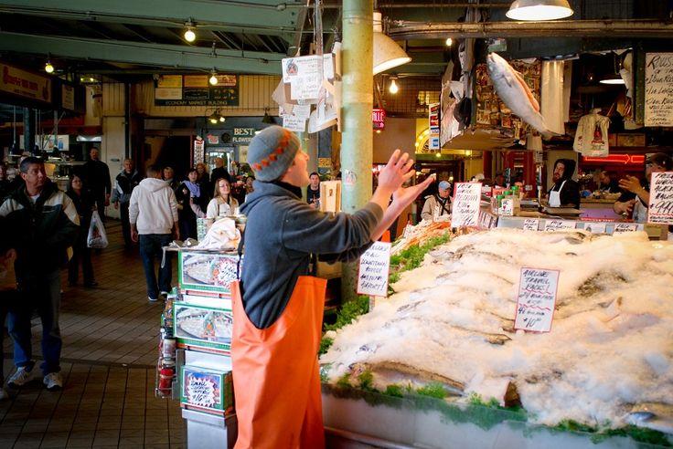 """Pike Place Market, Seattle, Estados Unidos  Debruçado sobre a Elliott Bay, conta com mais de 200 stands, 190 artesãos e aproximadamente 100 agricultores cadastrados que diariamente vendem seus produtos. Destaque para a primeira 'banca' do Starbucks do mundo e para o tradicional fish tossing, um verdadeiro ritual no qual os """"peixeiros"""" do mercado cantam e literalmente arremessam os peixes entre si, quando estes acabam de ser vendidos, tal como se estivessem em um jogo de beisebol."""
