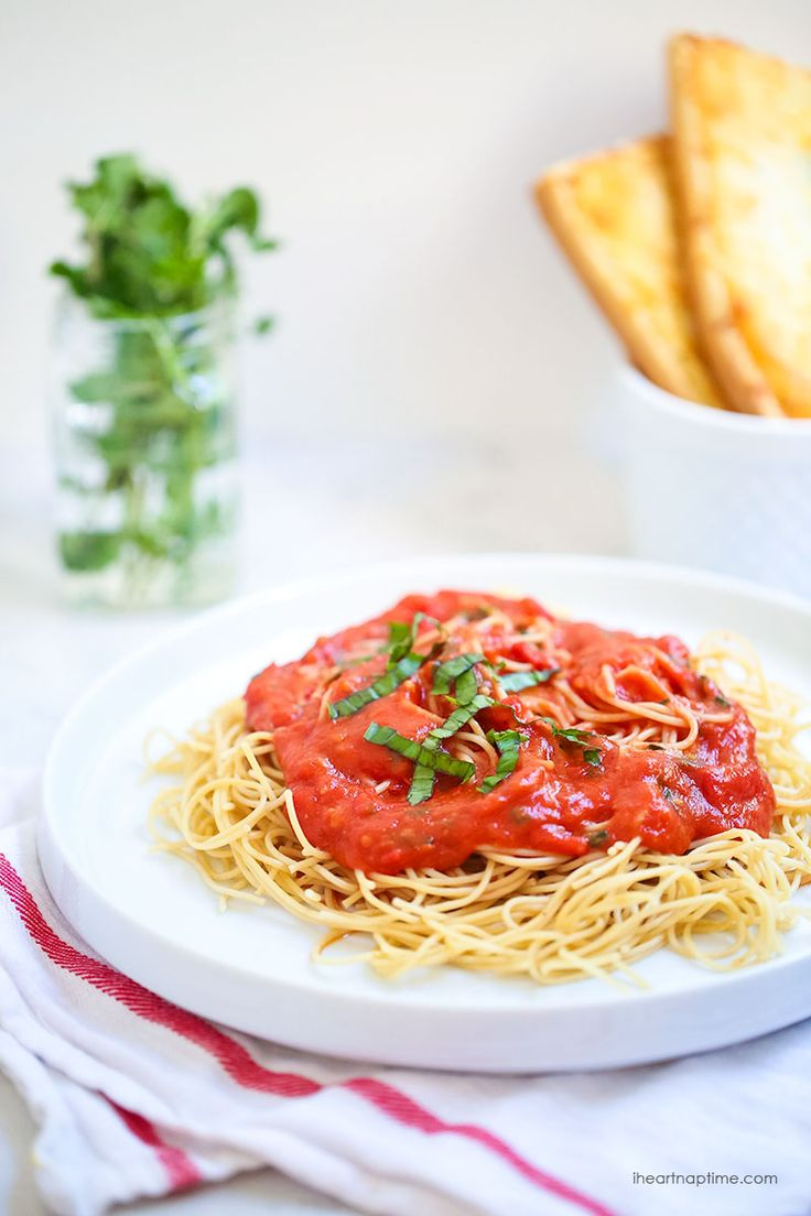 Roasted garlic tomato sauce -a delicious homemade sauce made in less than one hour!  on  iheartnaptime.com