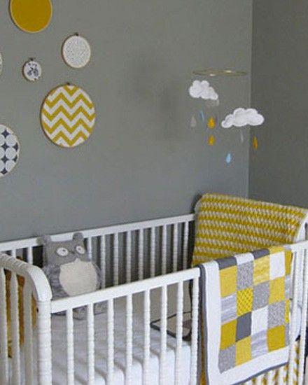 Une chambre d'enfant en gris et jaune. Sympa l'harmonie du mobile avec la deco environnante.