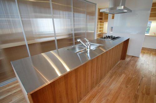 キッチン収納は作ってもらうのが安いのか、イケアでシェルフを購入して設置するのが安いのか。扉を閉めてしまうので、あまり品質というか見た目にこだわらない部分。