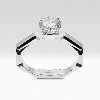 グッチの日本限定ブライダルジュエリー、リンク トゥ ラブ コレクションは8角形の独創的なシェイプが、ふたりの絆がしっかりと重なりあい、一体化するようにリンク。トップにセッティングしたダイヤモンドが至高の煌めきを放つリングは、グッチの鑑定士がひとつひとつ厳選したダイヤモンドをあしらった特別なリング。