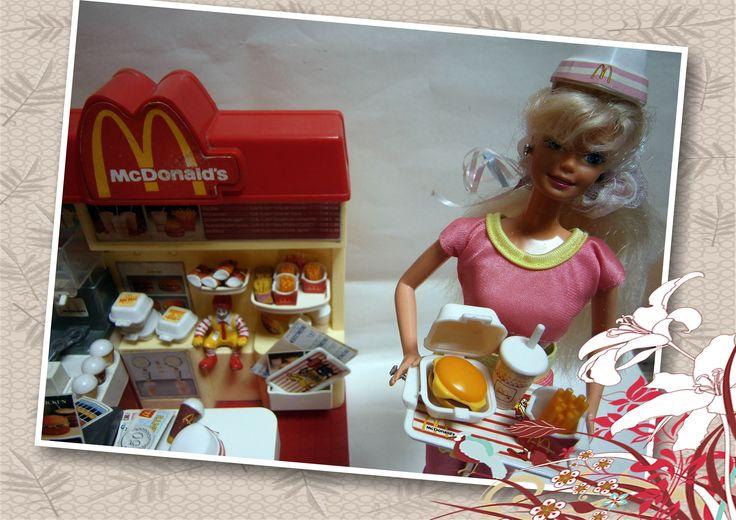 Mc Donald's Fast Food Estrela Brasil Muy raro de ver esta version.Funcionando perfectamente (freidora de hamburguesas y papas fritas y expendedora de bebidas) incluye accesorios de todos los menues de mc donalds (4 hamburguesas con queso con sus cajitas,4 papas fritas,4 bebidas y 4 postres pasteles de manzana y 4 helados,2 bandejas,envoltorios descartables,dinero monedas y billetes,vales de promociones, menues ,2 gorritos uniforme de empleada de McDonalds,untensilios de cocina , ETC .