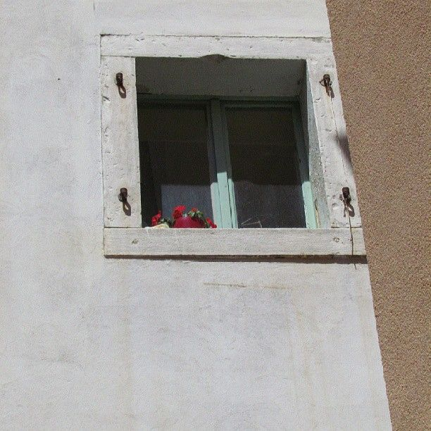 un #buongiorno fragola e menta (almeno nei colori) #minimalism #minimalist #minimal #minimalistic #minimalove #photooftheday #minimalninja #instaminim #minimalisbd #simple #simplicity #keepitsimple #minimalplanet #love #minimalhunter #minimalista #minimalismo #beautiful #lessismore #simpleandpure #finestra #window #ilovewindows #pirano #dettagli