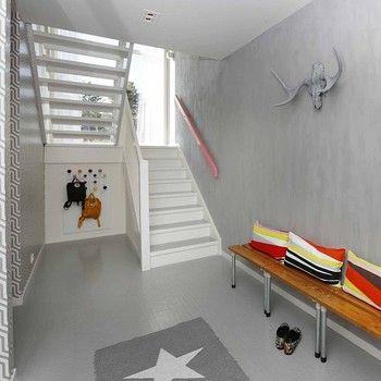 グレーベースの空間にはキュートな差し色を。階段下のミニマムなスペースを利用して。