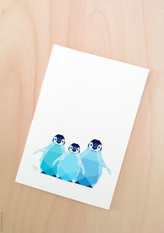 Un arte geométrico grabado diseñado por mí de los bebés pingüino. Este pequeño huddle de pingüino emperador hermanos viven con su familia en el paisaje helado azul fresco en Antártida. ARTE DE LA PARED ÚNICA Obra de arte sería hermoso regalo para una madre primeriza o una pared de dormitorio de bebé. IMPRESIÓN DE GICLEE -Cada impresión está impreso profesionalmente en 310gsm papel con una textura superficial muy bien suave. -Utilizamos tintas de pigmento de alta calidad, dando colores…