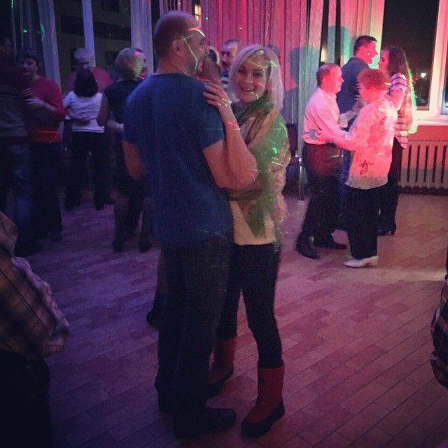 """@nataliryndina """"что бы ни случилось - танцуй!"""" Особенно, если это медленный танец под """"белый лебедь на пруду..."""" И ты - АС! #ОнУлыбалсяСколькоМог 😆😆😆 #СанаторийДворцы #танцыНаТанцплощадке #МояКарелия #МарциальныеВоды"""