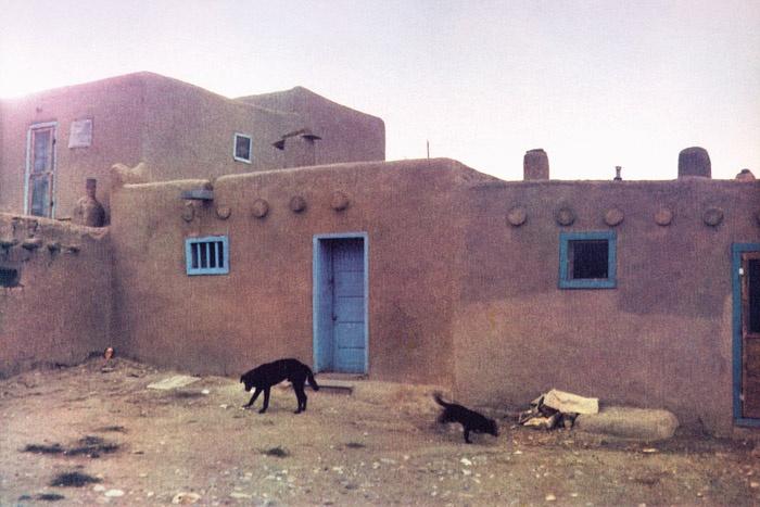 Bernard Plossu. Taos, Nouveau-Mexique, 1978. Les images de cette série sont extraites du livre Plossu, Couleur Fresson, Théâtre de la Photographie et de l'Image / Nice Musées, 2007
