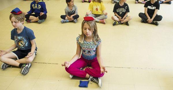 Au Canada, de nombreux établissements ont fait entrer la «pleine conscience » à l'école. Cette technique permettrait d'améliorer le bien-être et les performances scolaires des élèves.