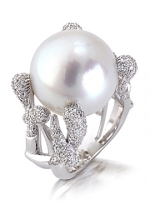 18K white gold ring, set with diamonds and pearl