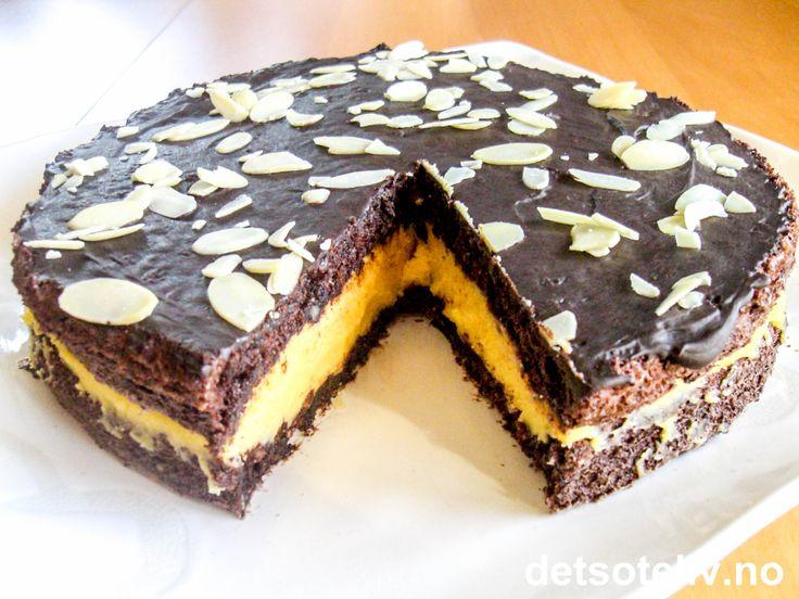 """Jada jada, jeg tenker også at """"Mannens drøm"""" nok er noe ganske annet enn å spise kake...;-) Men hva vet vel jeg. Det som er helt sikkert er i alle fall at denne sjokoladekaken er DØDSGOD!"""