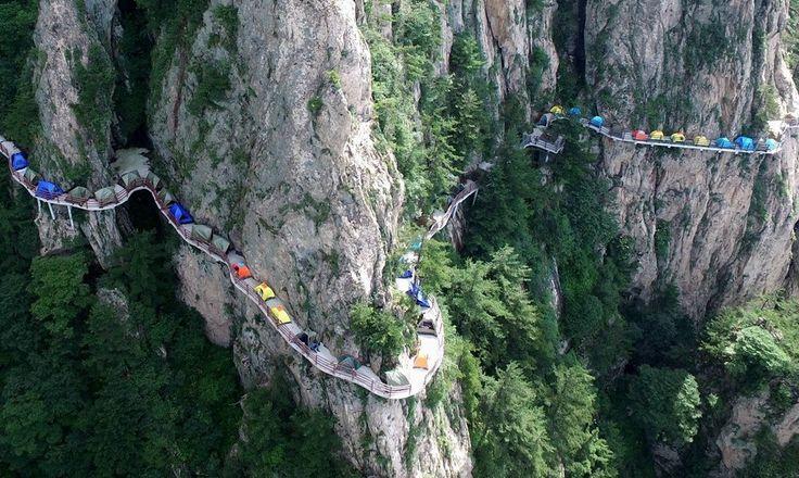 В Китае сотни туристов переночевали на узкой тропе на высоте 1000 метров - L!FE.ru