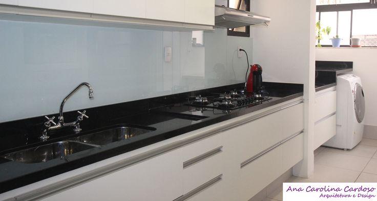 Integração total, alinhamento da bancada da cozinha segue até a área de serviço!
