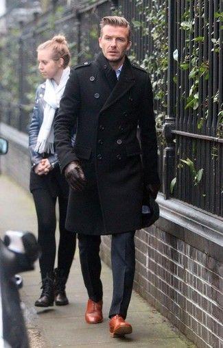 Tenue de David Beckham: Pardessus noir, Pantalon de costume noir, Chaussures richelieu en cuir tabac, Gants en cuir brun foncé