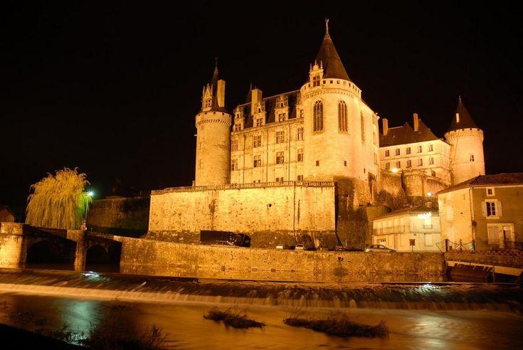 Château de La Rochefoucauld la nuit - 1) HISTORIQUE,  2: Il donne au vicomte les moyens nécessaires à cette garde, le fief vicomtal comprenait les villages d'Olérat, Taponnat, Agris, Rivières et Bourg-Budeau, à l'emplacement de la Basse Ville. En 890, FUCALDUS construit un camp fortifié sur la route qui domine la rivière Tardoire près d'un gué de chemin saunier allant de l'Océan jusqu'à Limoges.