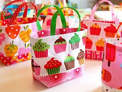 Tiny Totes, free pattern   Very cute and easy to make to use as gift bags or party favor bags
