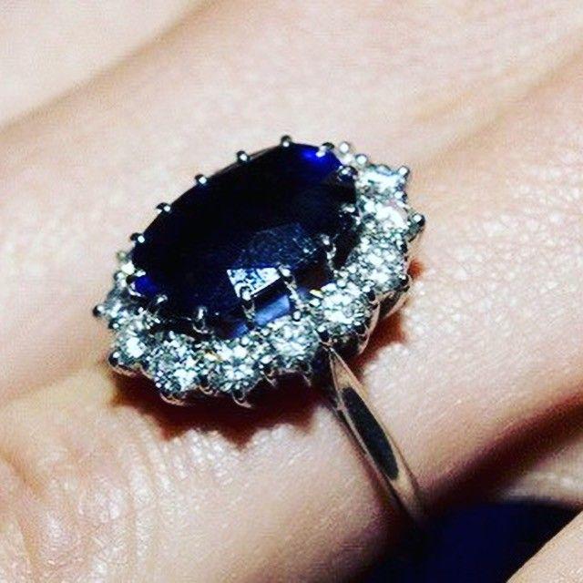 💎 Самое дорогое обручальное кольцо в мире от ювелирного дома Chopard с голубым бриллиантом стоит 16 260 000 долларов De Beers Platinum Очень редкий нежно-голубой бриллиант в 9 карат был найден в месторождениях бора.