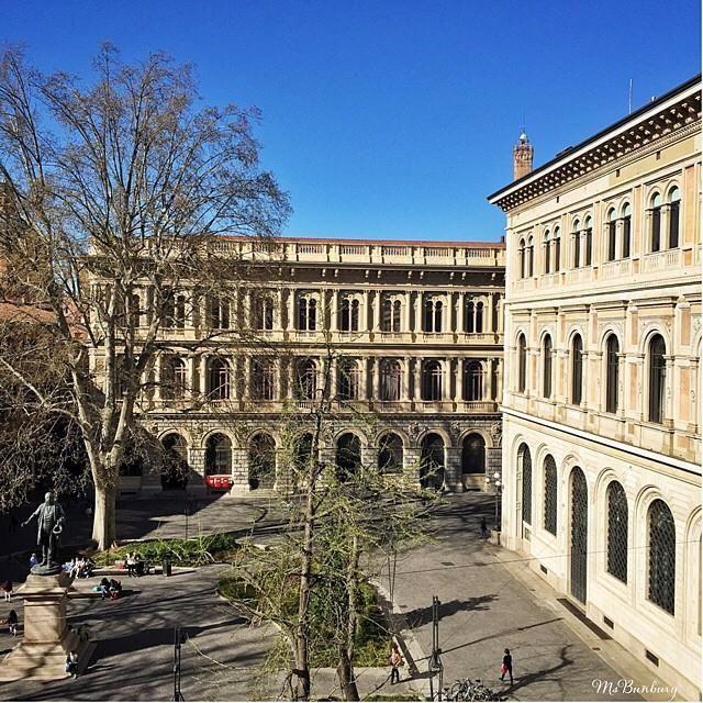 Buongiorno da piazza Minghetti: da qualsiasi angolo la osservi, #Bologna stupisce sempre  instagram, foto di @msbunbury https://instagram.com/p/075d4UqPM-/?taken-by=msbunbury