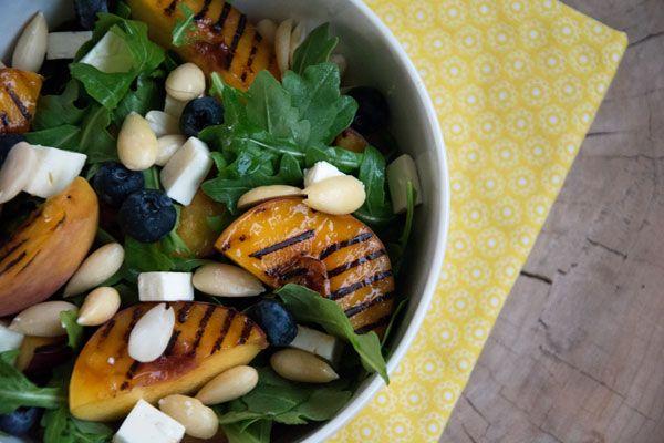 Grillet fersken salat er virkelig noget af det lækreste, og her er de serveret med bl.a rucola salat, mandler og feta - se opskrift her