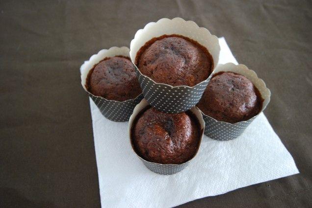 Saftiga och kladdiga chokladmuffins som är enkla att göra - och hur goda som helst! Ett enkelt recept som är perfekt att baka och fylla frysen. Mums!