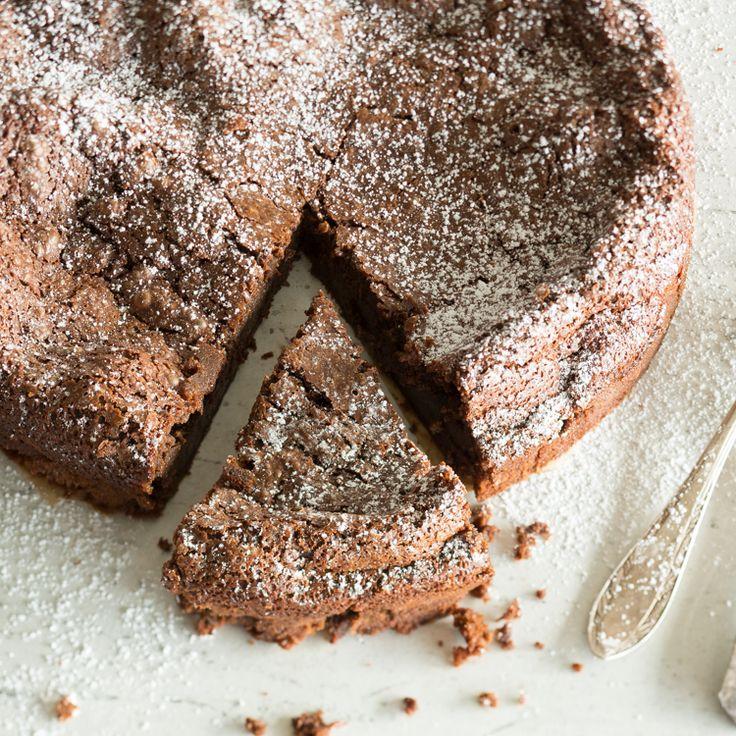 Mehr Schokolade geht nicht. Kein Mehl, keine Nüsse - nur mit einer Prise Salz verfeinert. Dieser Schokoladenkuchen ist für echte Schokoholics.