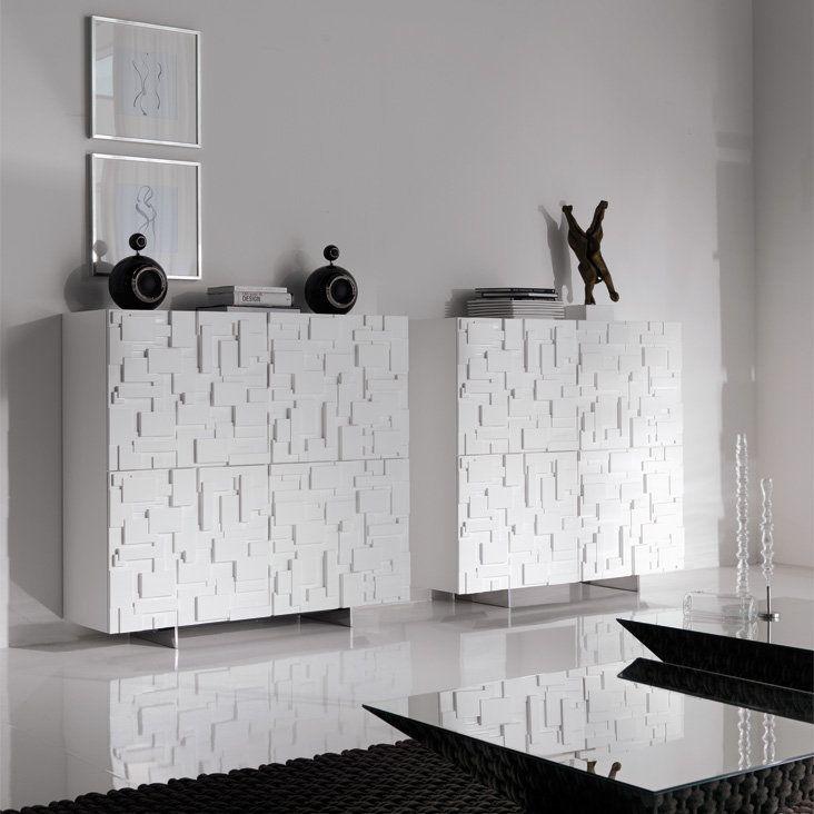 La Madia Labyrinth, disegnata da Andrea Lucatello per Cattelan Italia, è una credenza in legno e due ante in poliuretano, con ripiani interni in cristallo trasparente e piedini in acciaio inox. Design tanto originale quanto versatile.