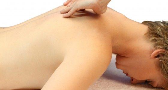 De nek en schouders zijn traditoneel de plaatsen waar de meeste mensen spanningen vasthouden. Bij deze zeer ontspannende massage is het de bedoeling om de blokkades te bewerken in de nek en de schouders te versoepelen. De massage duurt 20 minuten en laat u ontspannen en genieten van de spieren die los worden gemaakt.