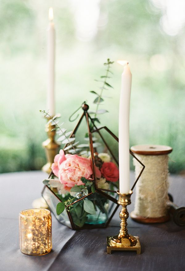 White naked candles, pink flowers, geometric centerpieces // Orange Photographie