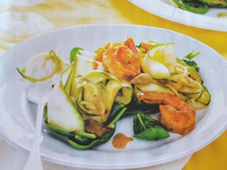 Pasta van courgette met oesterzwammen en garnalen  Ingrediënten 2 uien gesneden, oesterzwammen, 1tl paprikapoeder, 300gr grote garnalen, 40 gram boter, 40 gram bloem, 1 liter bouillon *groente of kip), 1 courgette