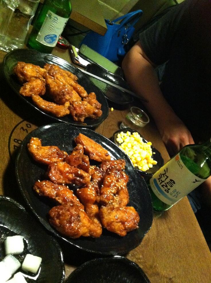 치킨이 먹고 싶어 찾은 곳은 대구통닭^^ 빨간양념반 간장양념반^^ 좋은 술 처음처럼과 함께^^