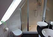 Badgestalten: Platzwunder im Dachgeschoss   – Kate Battersea