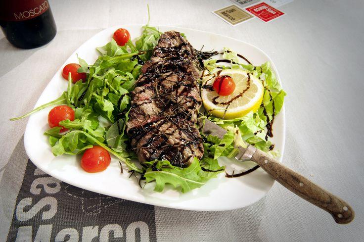 Tagliata di manzo... un grande classico per gli amanti della carne. Questa sera ve la proponiamo all'aceto balsamico che dona al piatto un sapore agrodolce e si sposa bene con il gusto deciso del filetto.