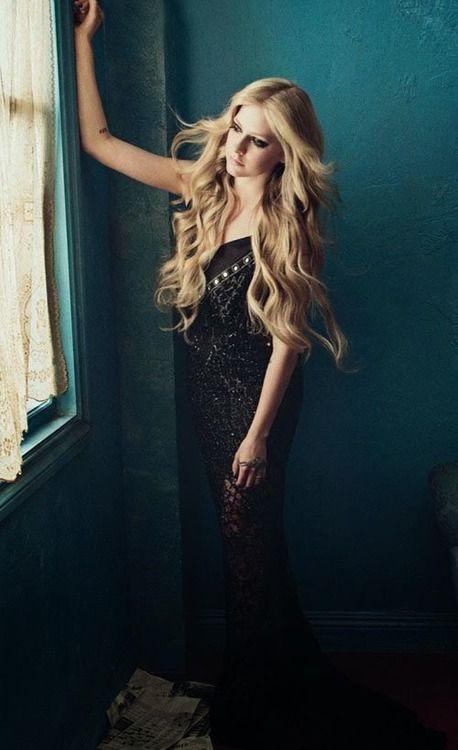 Avril Lavigne, es una cantautora, diseñadora de moda y actriz canadiense. Algunos medios de comunicación y críticos desde sus inicios la llaman la princesa del pop punk.