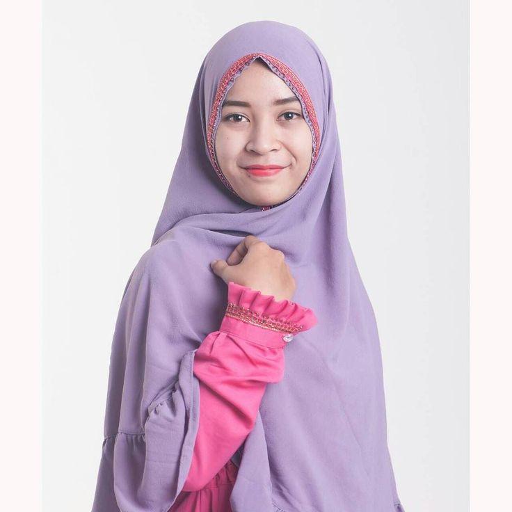 Assaalamualaikum.wr.wb . Duhai muslimah Jika keluar rumah jauh atau dekat Jangan lupa memakai jilbab Karena sesungguhnya hal itu menghindarkan dari fitnah. Berjilbab syari tidak perlu menunggu kesiapan Karena ia adalah kewajiban diri. Hijab untuk melindungi keindahan muslimah Bukan sebagai alat perhiasan. Hijab itu menjaga maka berhijablah dengan sederhana Hijab itu melindungi maka berhijablah yang syari. . barmus_muslimah menawarkan pakaian syari insya Allah bagus dengan bahan berkualitas…