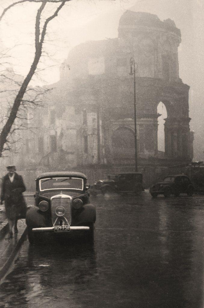 Ruiny kościoła św. Aleksandra na placu Trzech Krzyży w jesiennej mgle - Autor zdjęcia Stefan Rassalski / Narodowe Archiwum Cyfrowe