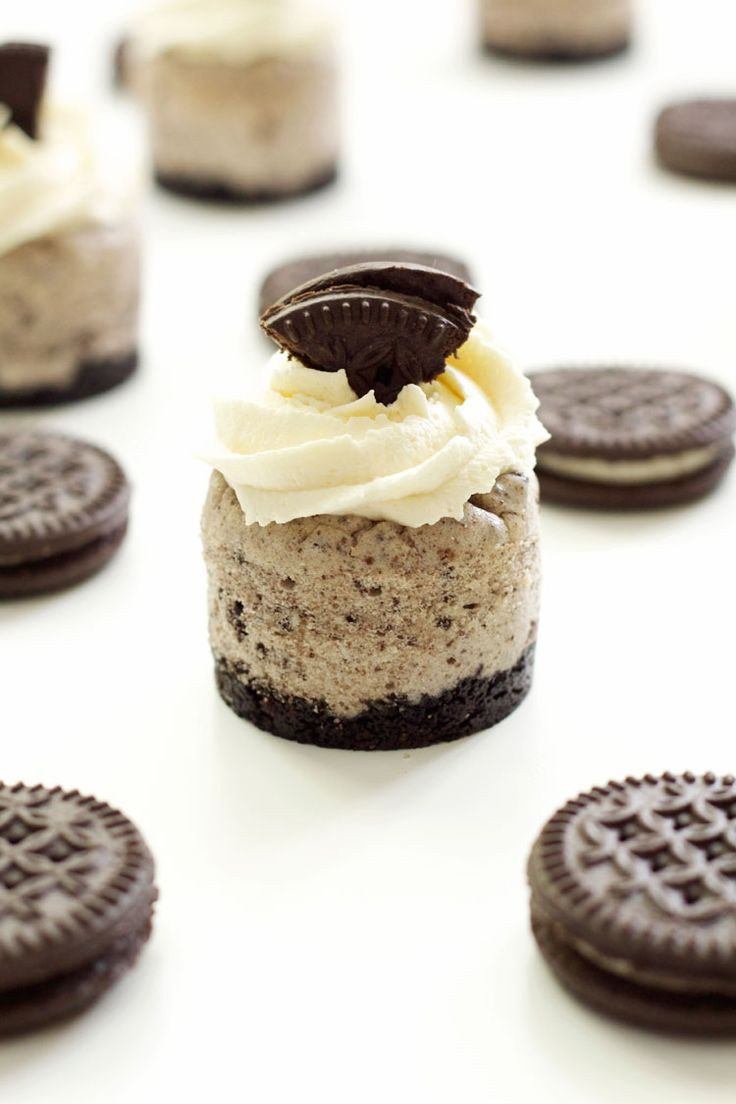 Cookies 'n Cream Mini Cheesecakes | Recipe Runner | Your favorite chocolate sandwich cookies crumbled up into delicious mini cheesecakes! #chocolate #cheesecake