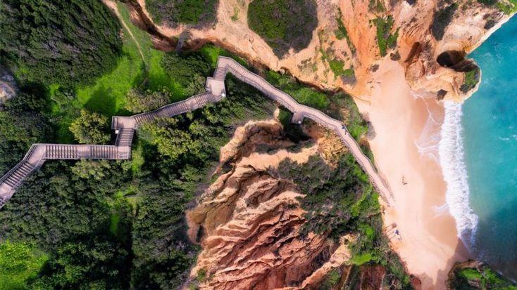Uma fotografia tirada com um drone à Praia do Camilo e a um surfista a enfrentar as ondas de Lagos venceram um dos maiores prémios de fotografia tiradas com drones. Veja as outras vencedoras. http://observador.pt/2018/01/19/fotos-ondas-e-praias-algarvias-vencem-premio-de-fotografia-aerea/