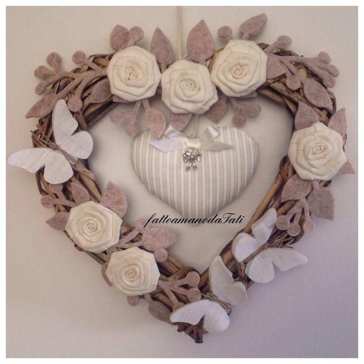 Cuore/fiocco nascita shabby chic in vimini con rose, tre farfalle e cuore a righe, by fattoamanodaTati, su misshobby.com