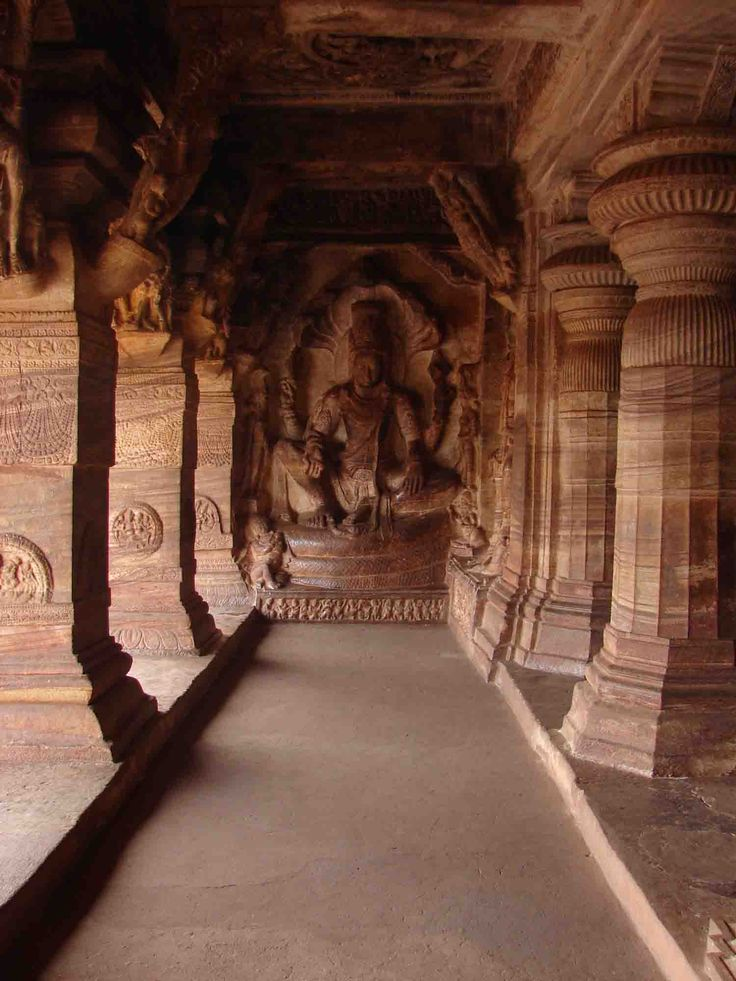 Badami Caves are one of the most outstanding groups of caves dug that make India a temple, and one of the best examples of Badami Chalukya architecture. This set is in Bagalkot district, north of the region of Karnataka, India.  The construction of the caves began in the sixth century, and was completed in the seventh, under the mandate of the Chalukya dynasty in the region of Karnataka.