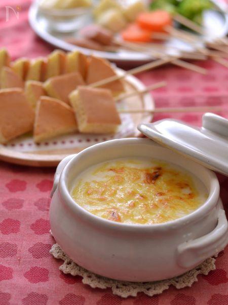 ふわふわ厚焼きの「ジャンボホットケーキ」をライトで簡単なチーズクリームフォンデュでいただきます。  お好きなトッピングを用意して、ちょんちょんつけてどうぞ!