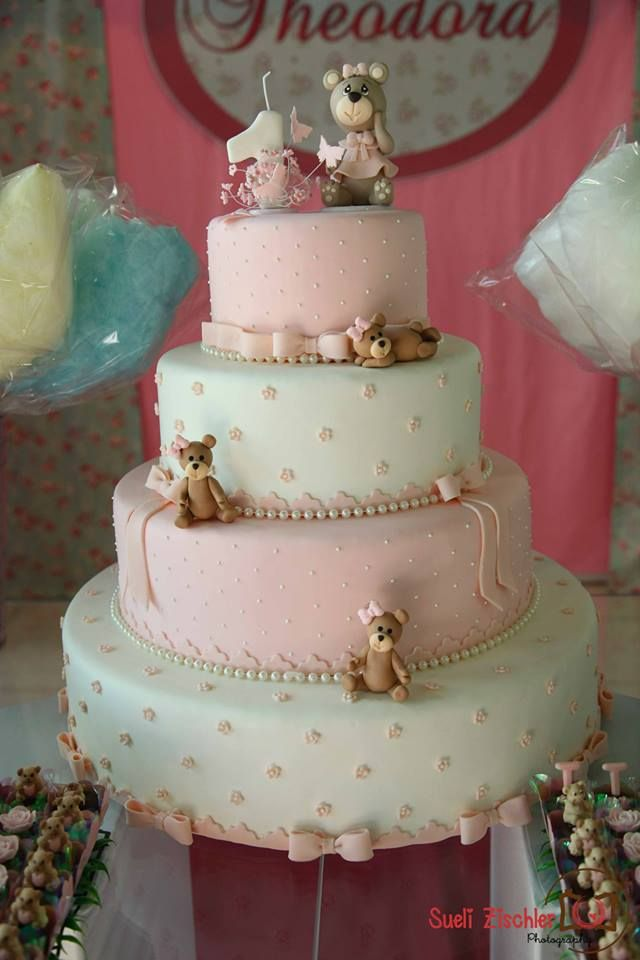 Temas para festa de 1 ano de menina! Aqui tem mais fotos lindas: http://mamaepratica.com.br/2014/11/18/temas-delicados-para-festa-de-1-ano-de-menina/ Foto: Sueli Zischler (bolo no tema ursinhos)