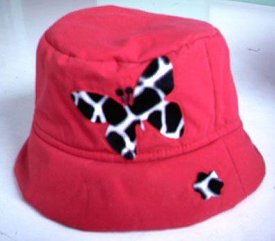 Sombrero impermeable con calados y animal print incrustado, del año 2007