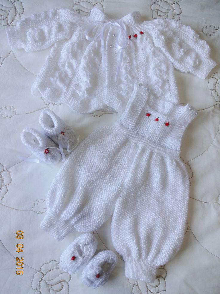 Conjunto em tricô feito a mão. <br>Cor: Branco com fios perolados <br>Tamanho: 0 a 5 meses <br>Peças: <br>- 1 casaquinho <br>- 1 jardineira <br>- 1 par de botinha <br>- 1 par de sapatilha