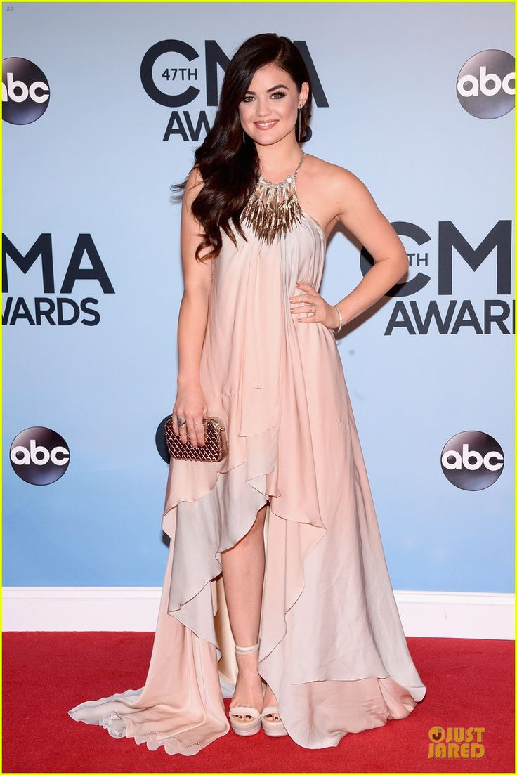 Immagine di http://cdn02.cdn.justjared.com/wp-content/uploads/2013/11/hale-caillat/lucy-hale-colbie-caillat-cma-awards-2013-red-carpet-06.jpg.