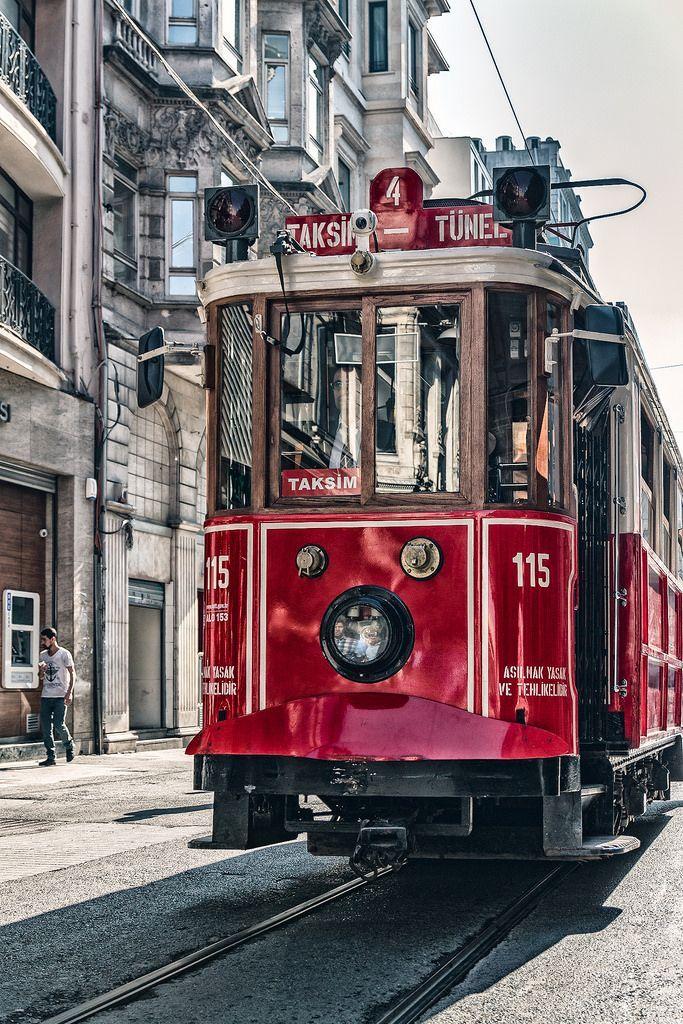 Nostalgische Straßenbahnen auf Istiklal Caddesi