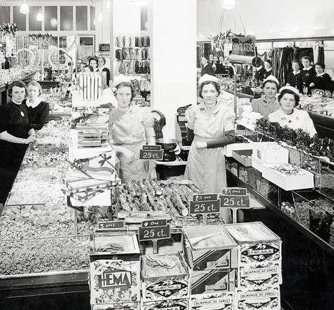 Dat de Hollandsche Eenheidsprijzen Maatschappij Amsterdam een succes zou worden, stond niet direct in de sterren. De HEMA begon in november 1926 als goedkope, om niet te zeggen tikje ordinaire dochter van de Bijenkorf. Het idee voor een prijsvechter onder de warenhuizen kwam van de ondernemers Arthur Isaac en Leo Meyer, directeuren-generaal van de Bijenkorf. De eerste winkels openden in de Amsterdamse Kalverstraat en Oude Hoogstraat.