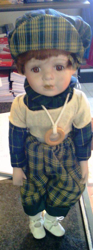 BAMBOLA DI  PORCELLANA- berretto e pantaloni verde scozzese+ maglione beige